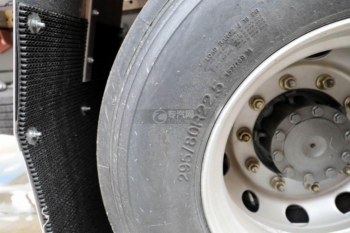 重汽汕德卡前四后八鋁合金運油車輪胎細節