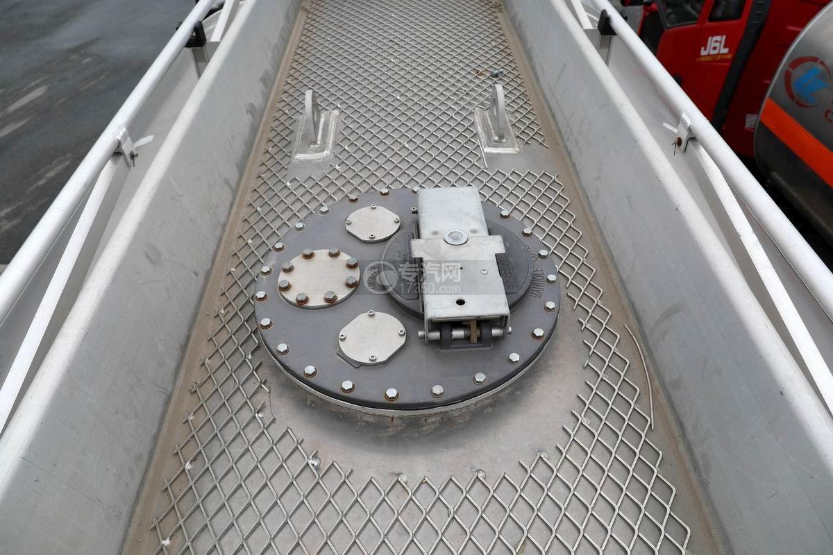 重汽汕德卡前四后八鋁合金運油車人孔蓋