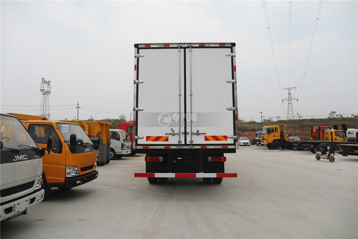 解放J6小三轴国五8.7米冷藏车车尾图