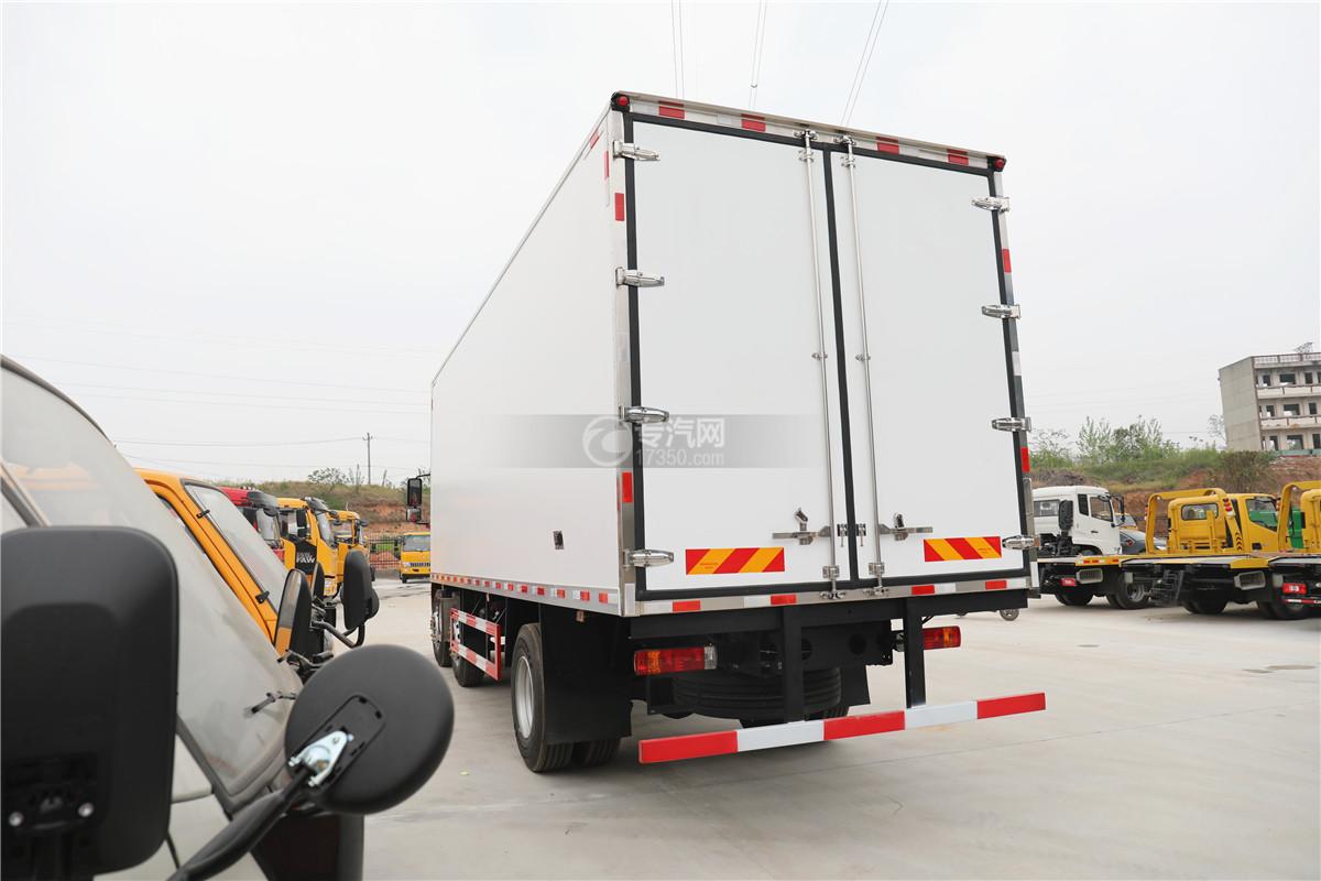 解放J6小三轴国五8.7米冷藏车左后图