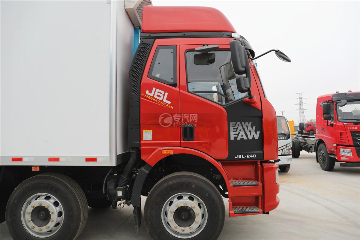解放J6小三轴国五8.7米冷藏车门窗