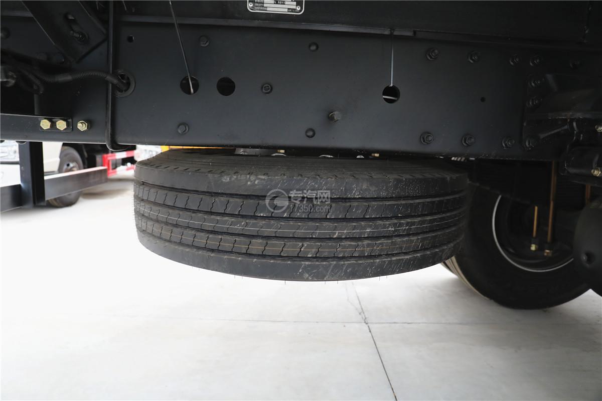 解放J6小三轴国五8.7米冷藏车备胎