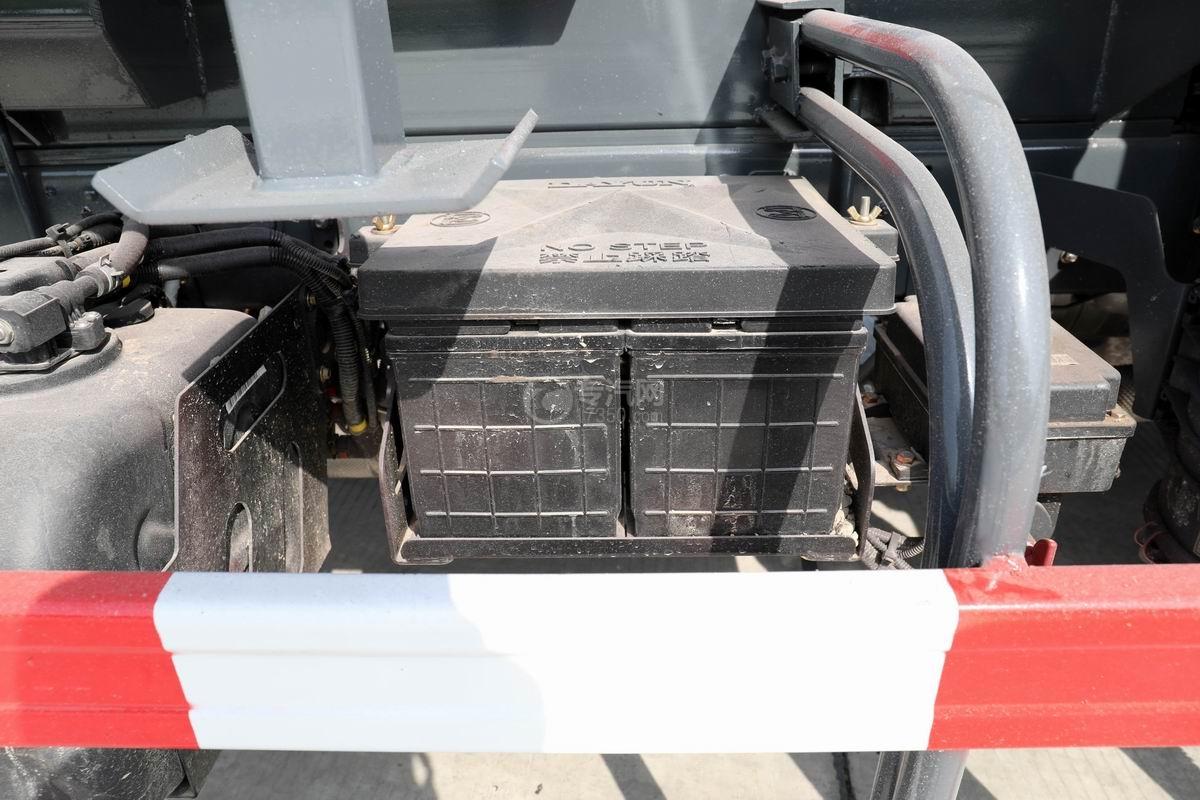 大运新奥普力单排国六车厢可卸式垃圾车蓄电池