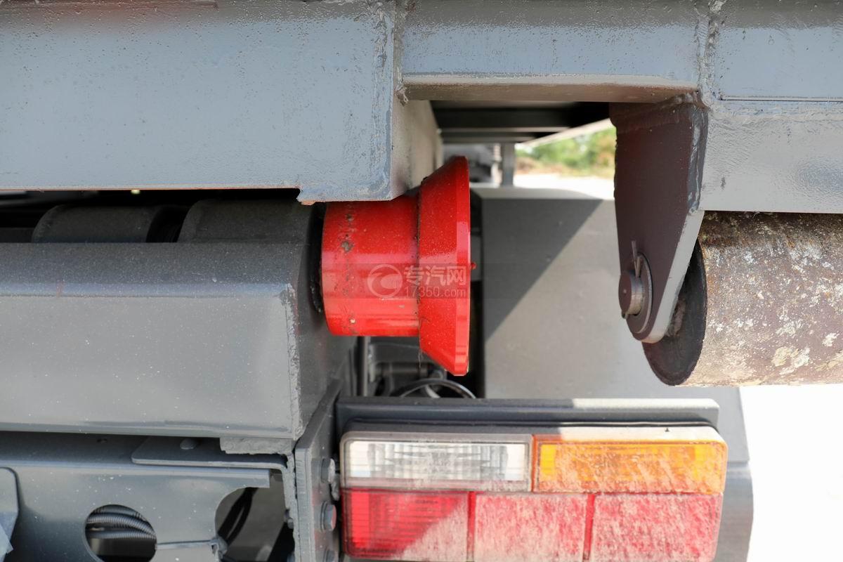 大运新奥普力单排国六车厢可卸式垃圾车滚轮
