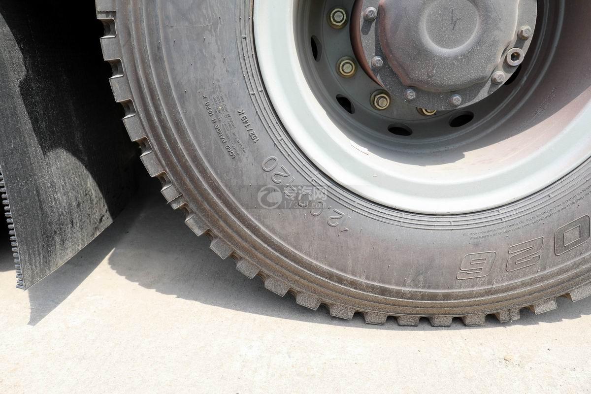 陕汽德龙新M3000后双桥国六拖吊联体清障车轮胎细节