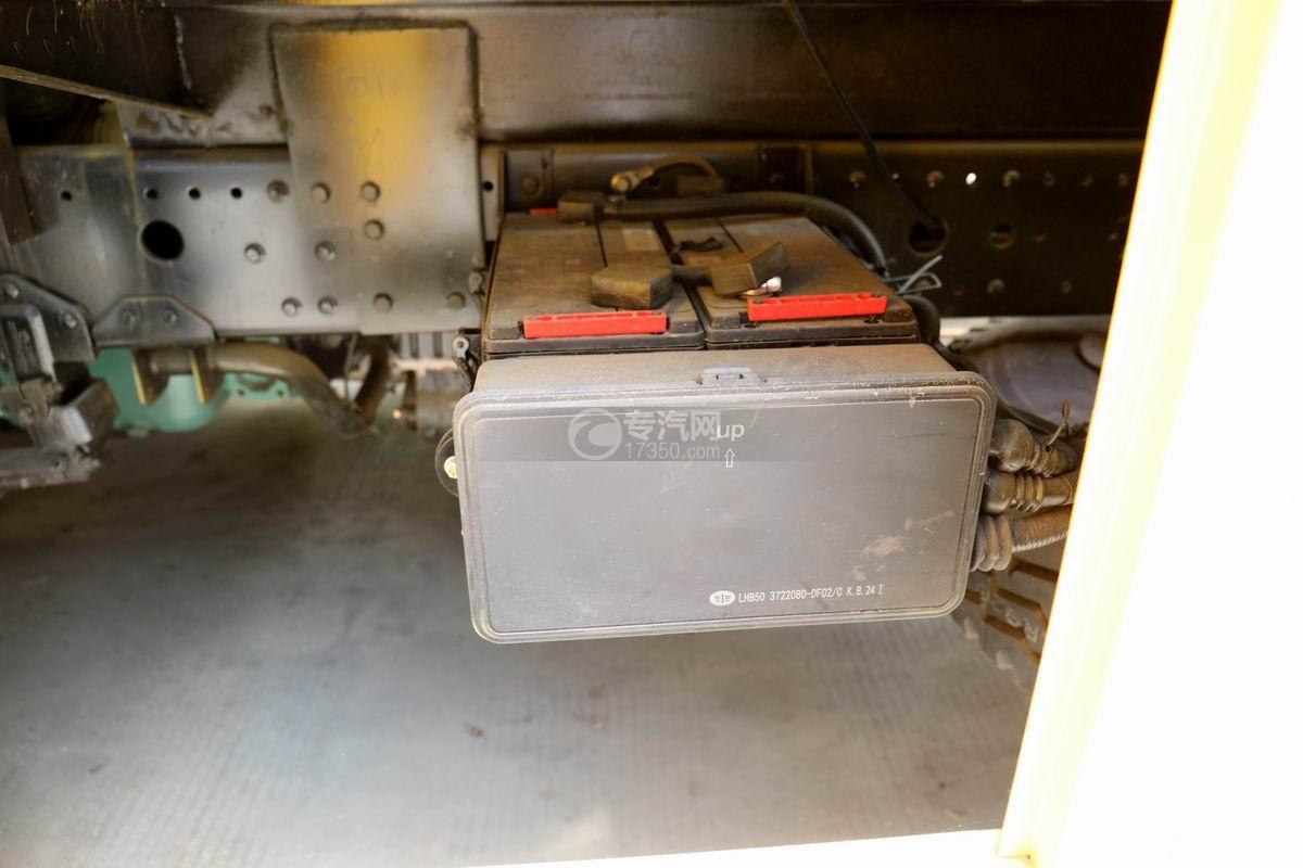 解放龙V单桥拖吊联体清障车蓄电池