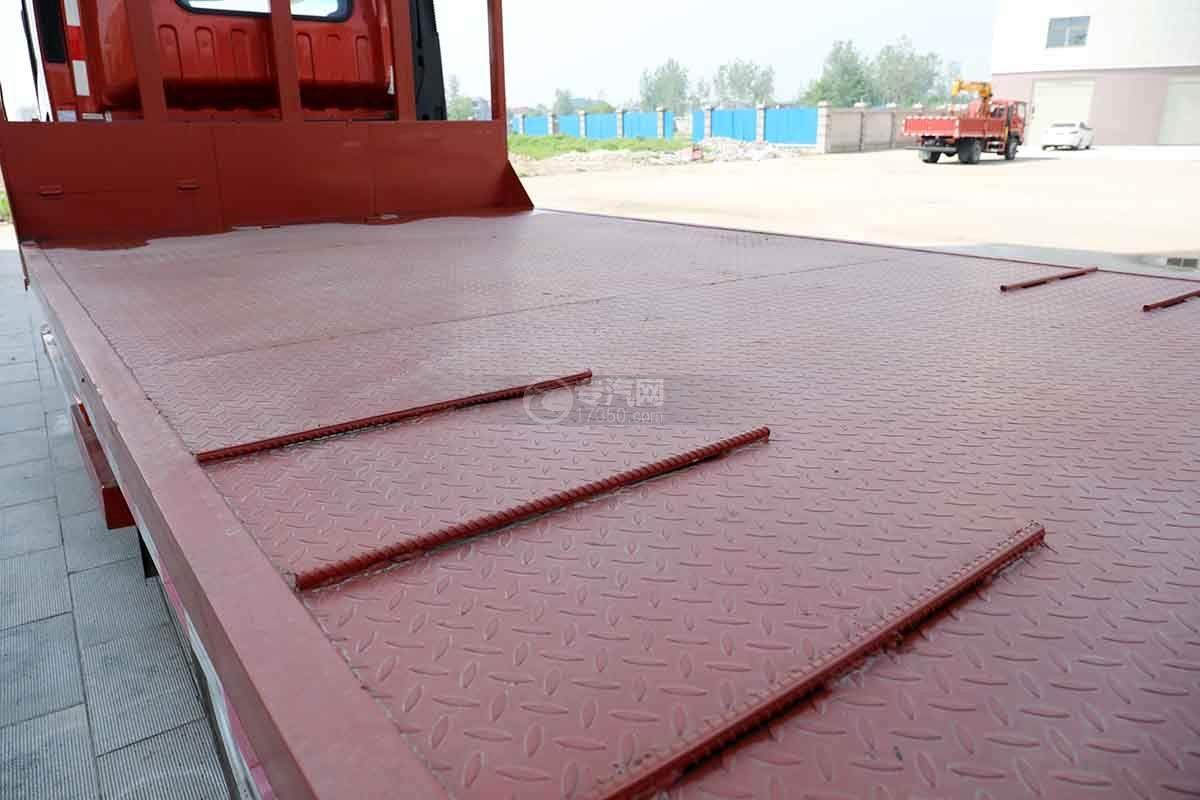 大运新奥普力国六单排平板运输车上装花纹板