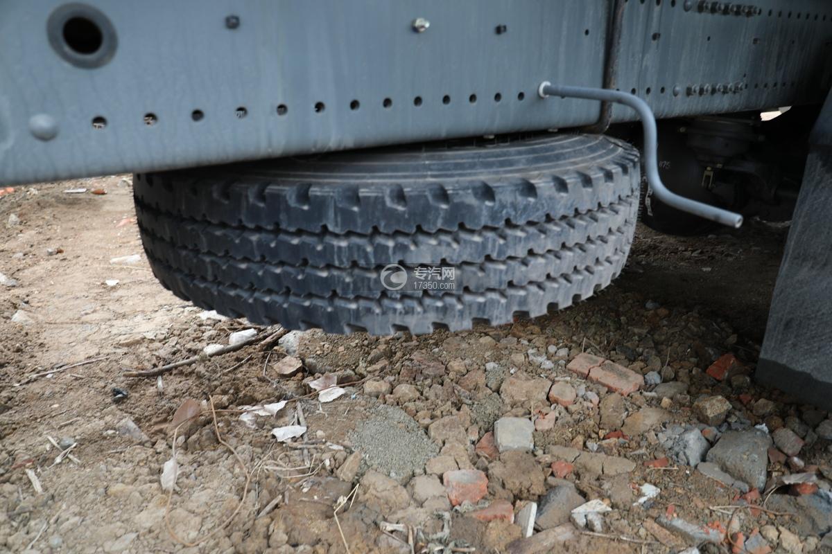 重汽豪瀚N5G后双桥国六15.2方洒水车备胎
