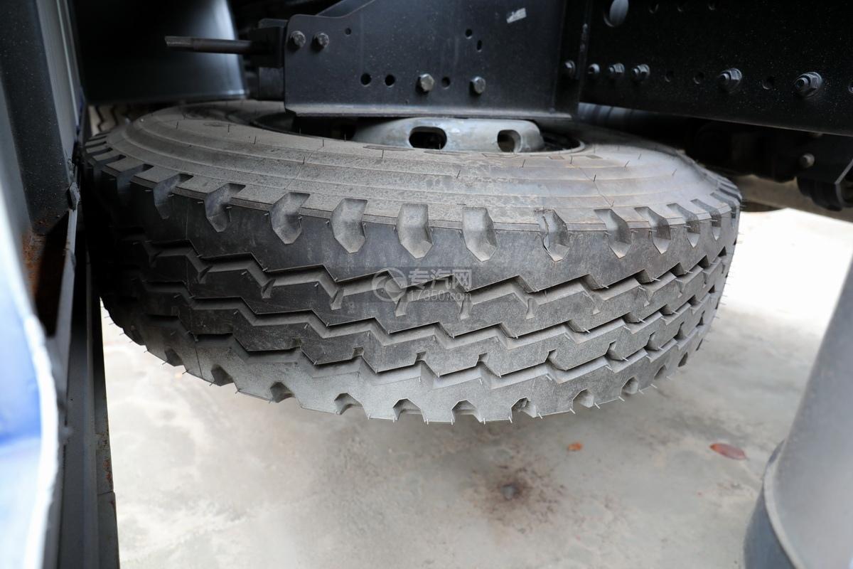 解放J6P前四后八国六拖吊联体清障车备胎