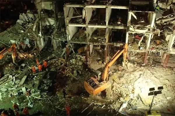 20噸槽罐車發生爆炸,34輛消防車火速救援中