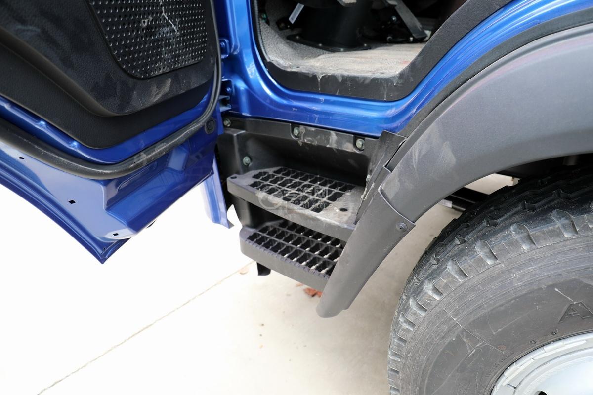 大运奥普力5吨直臂随车吊(蓝色)驾驶室上下踏板