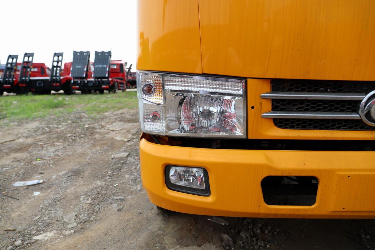 东风多利卡D6双排座直臂随车吊大灯