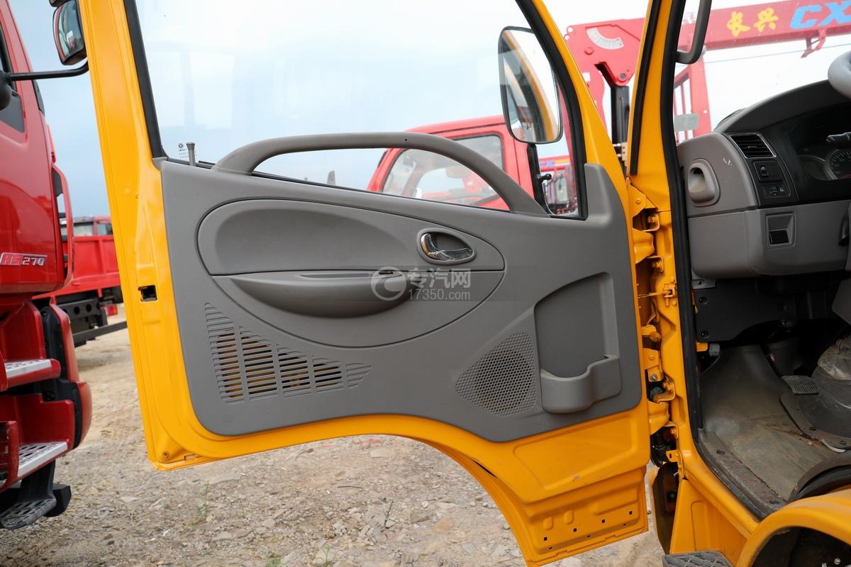 东风多利卡D6双排座直臂随车吊车门细节