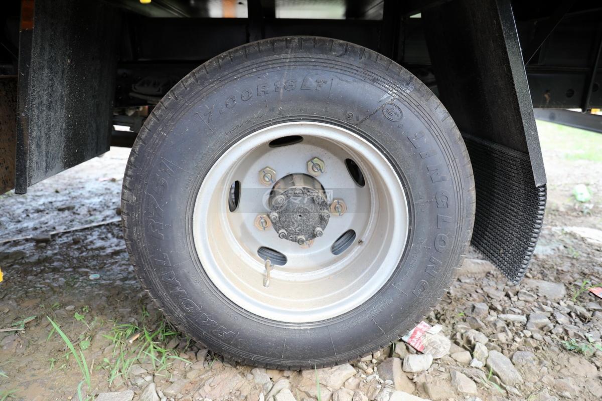 东风多利卡D6双排座直臂随车吊轮胎