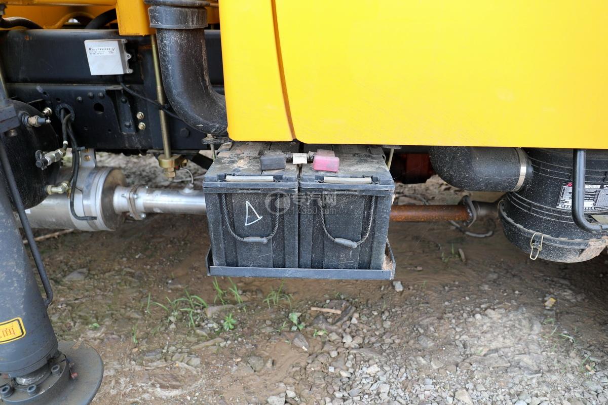 东风多利卡D6双排座直臂随车吊蓄电池