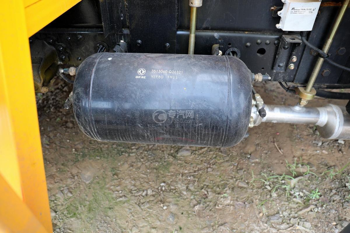 东风多利卡D6双排座直臂随车吊储气罐