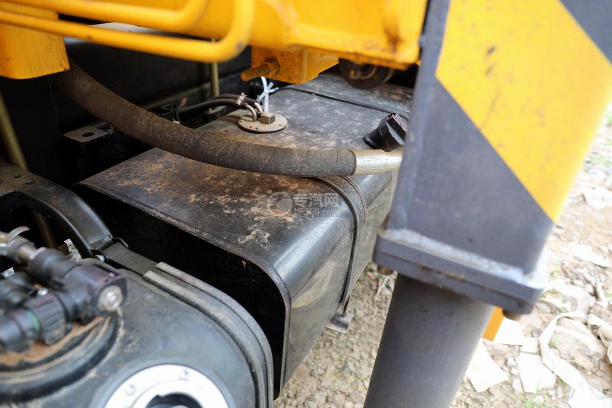 东风多利卡D6双排座直臂随车吊油箱