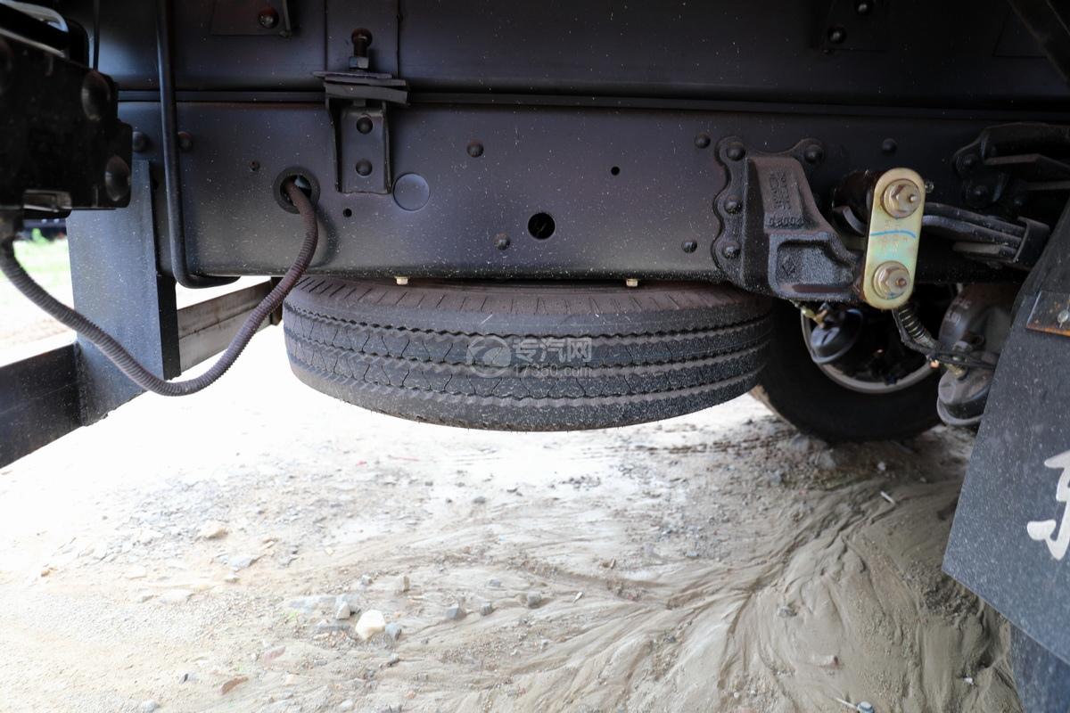 东风多利卡D6长兴3.5吨直臂随车吊备胎