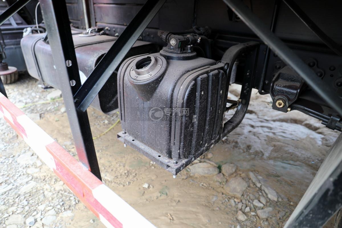 东风多利卡D6长兴3.5吨直臂随车吊尿素罐