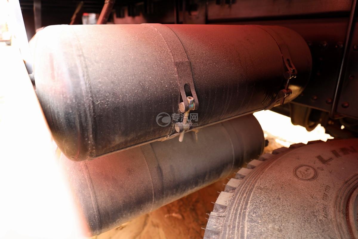 陕汽德龙新M3000前四后八国六14吨直臂随车吊储气罐