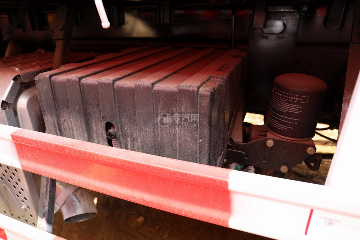陕汽德龙新M3000前四后八国六14吨直臂随车吊蓄电池