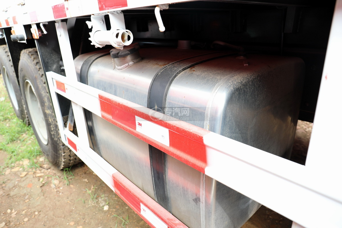 陕汽德龙新M3000前四后八国六14吨直臂随车吊油箱