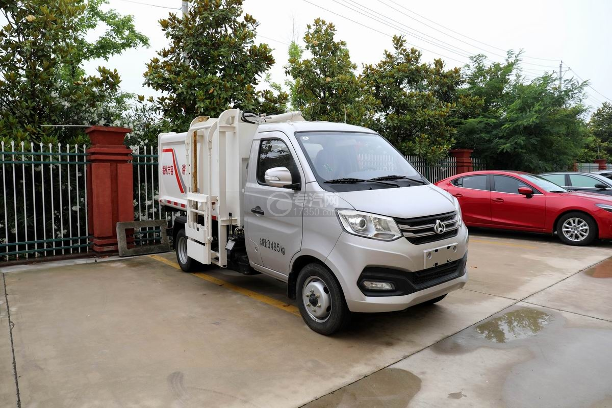 重庆长安跨越王X1国六自装卸式垃圾车右前45度图