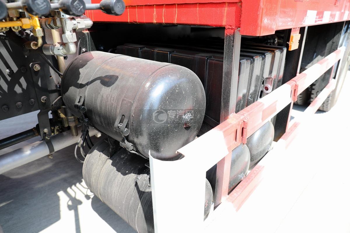 陕汽德龙L3000单桥10吨直臂随车吊储气罐、蓄电池