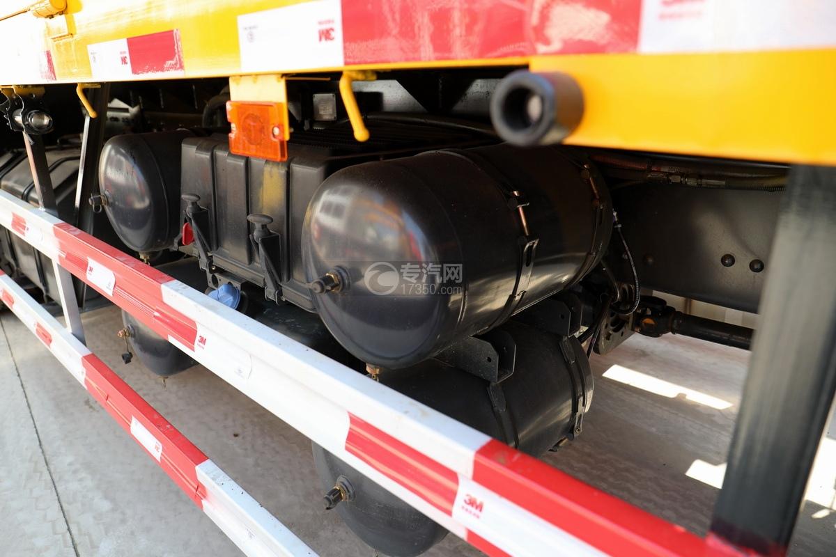 东风柳汽乘龙H5后双桥14吨直臂随车吊储气罐、蓄电池