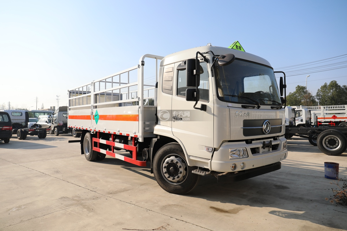 东风天锦国五6.7米气瓶运输车右前图