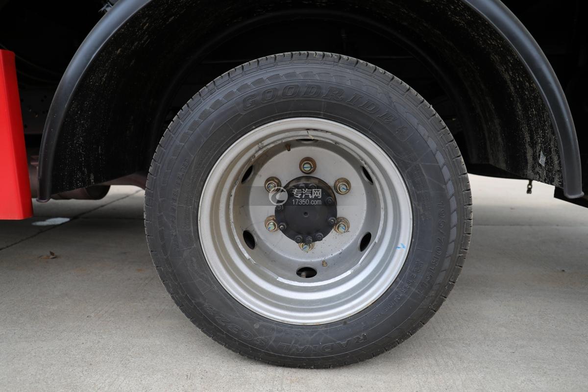 飞碟缔途双排国六13.5米折叠臂式高空作业车轮胎