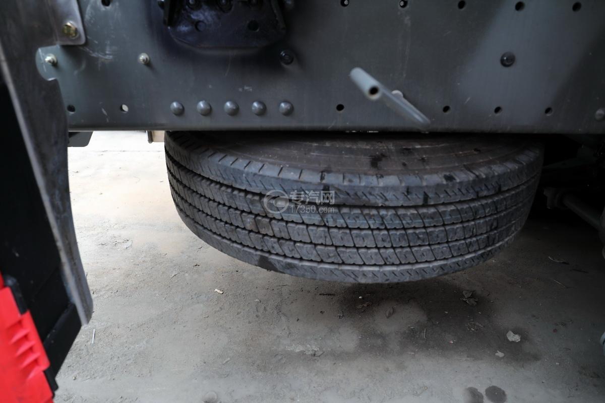 重汽豪沃T5G后双桥国五24方铝合金运油车备胎