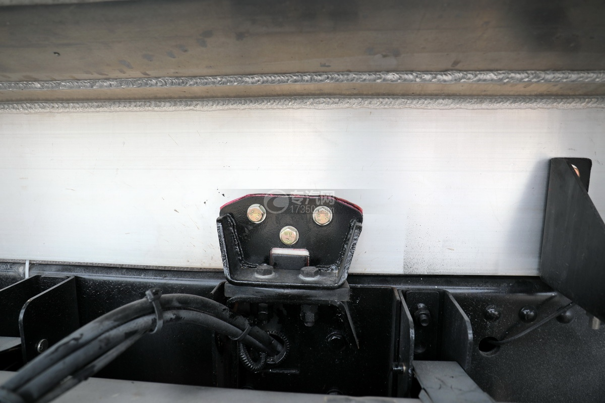 解放悍V2.0高顶前四后六25.9方铝合金运油车细节