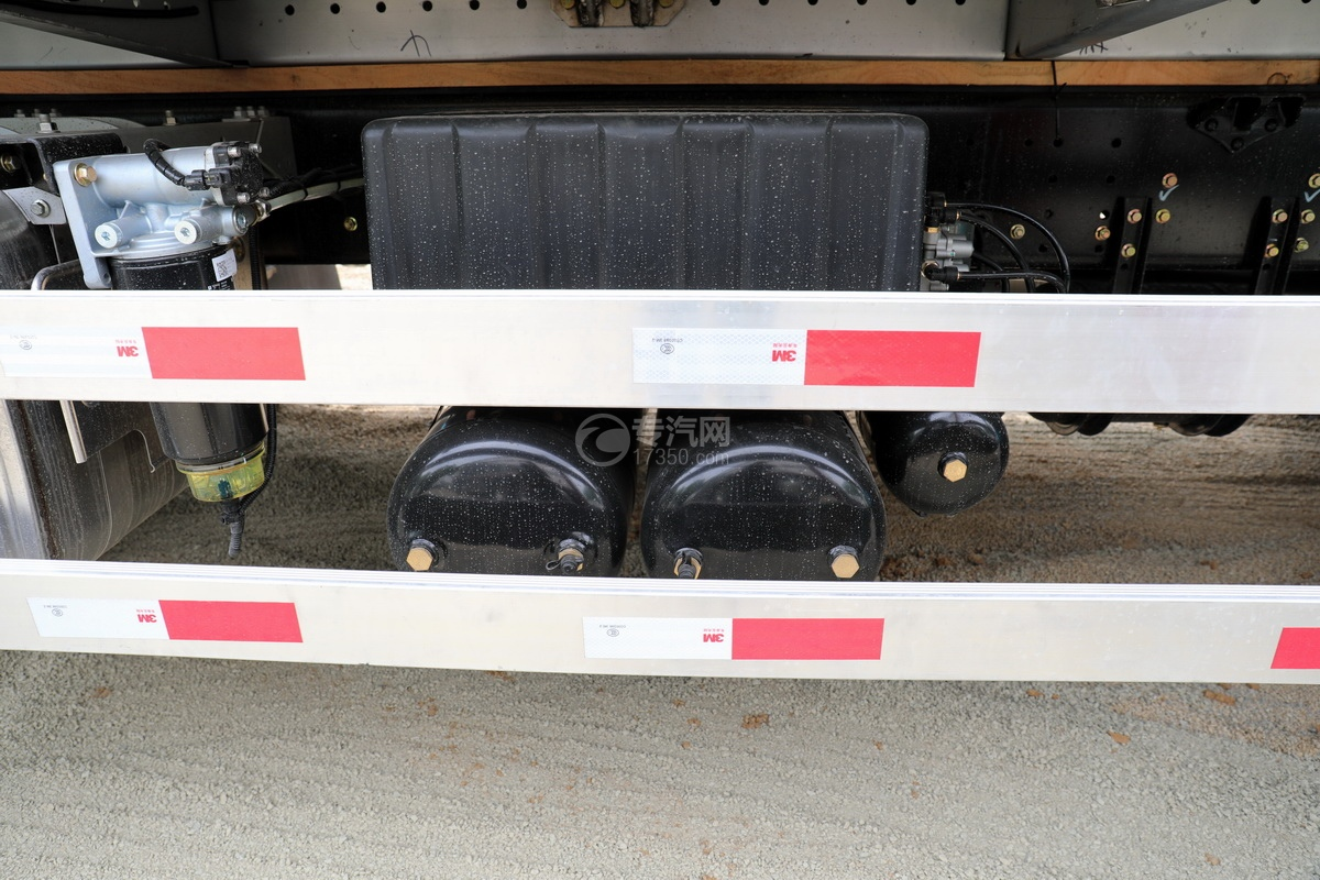 东风天龙VL前四后八畜禽运输车储气罐、蓄电池