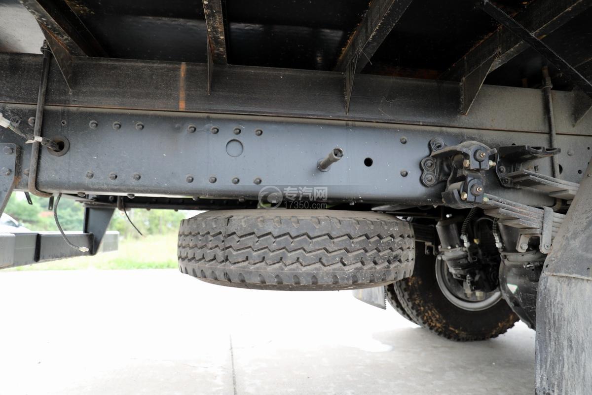 大运新奥普力国六5吨直臂随车吊备胎