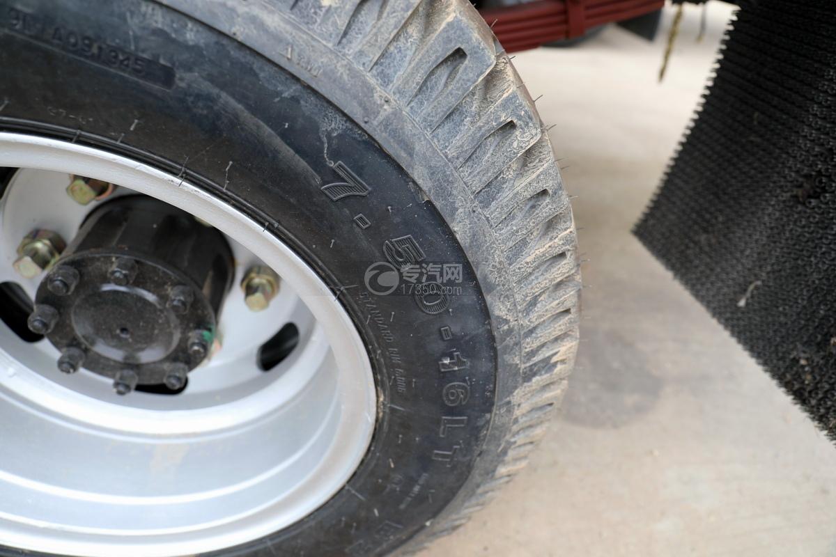 躍進開拓H100國六清洗吸污車輪胎細節