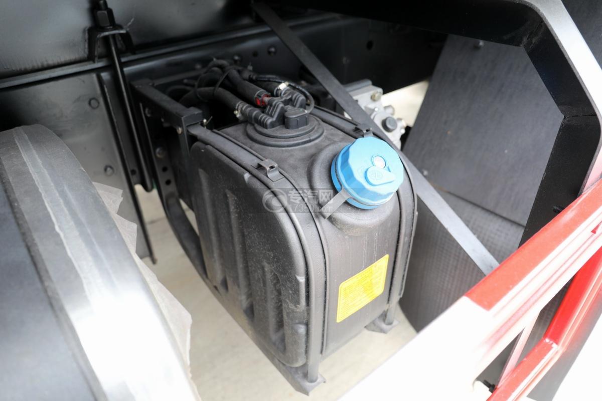 解放龍V小三軸國五21.7方運油車尿素罐