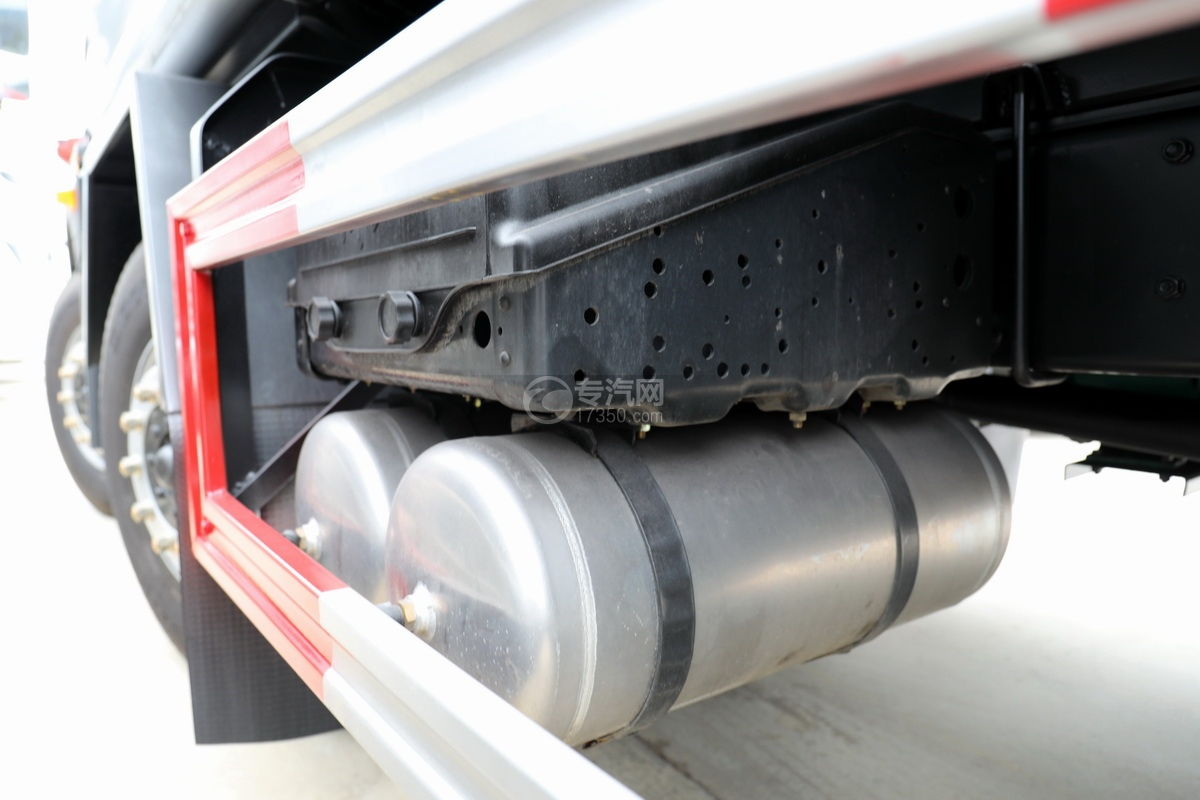 解放龍V小三軸國五21.7方運油車蓄電池、儲氣罐