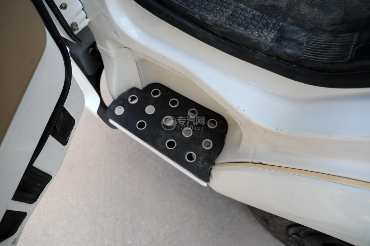 飛碟奧馳一拖二國六清障車駕駛室上下踏板