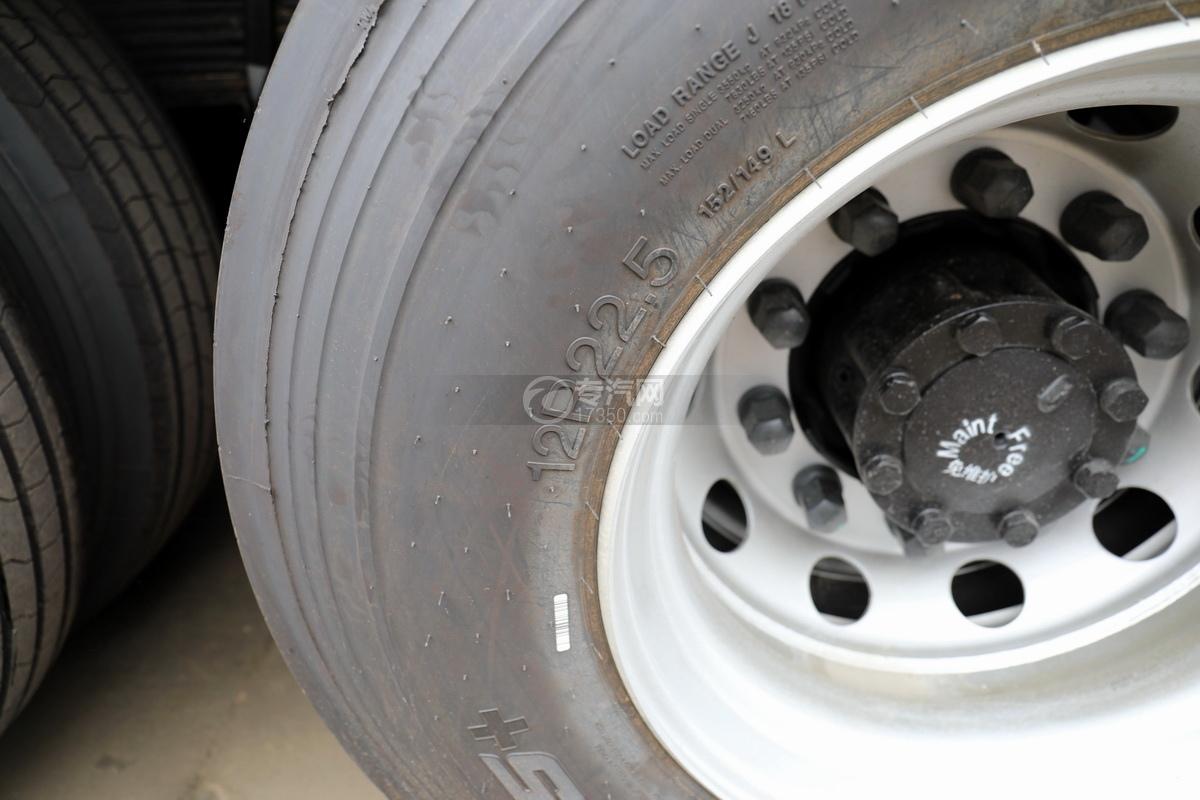 东风天龙KL前四后八国五畜禽运输车轮胎细节