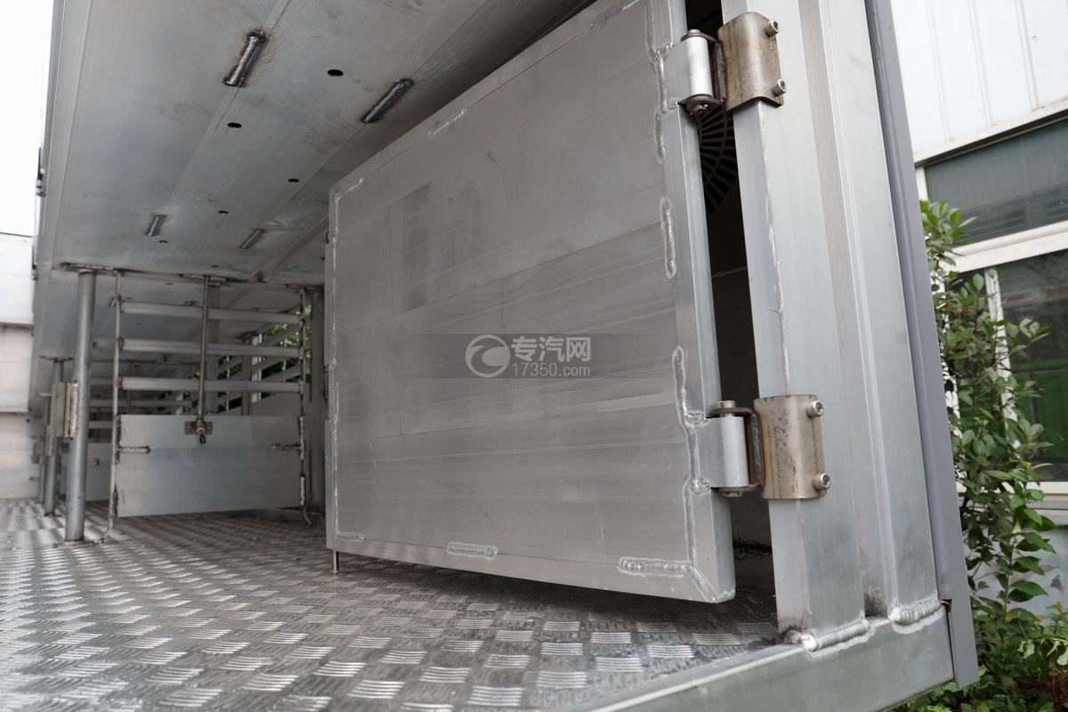 东风天龙KL前四后八国五畜禽运输车厢内细节
