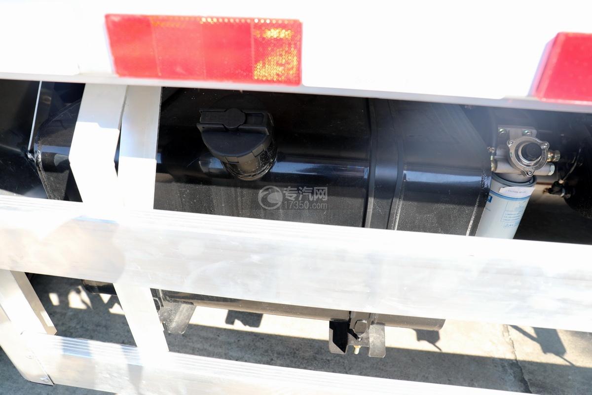 东风多利卡D7国六畜禽运输车油箱