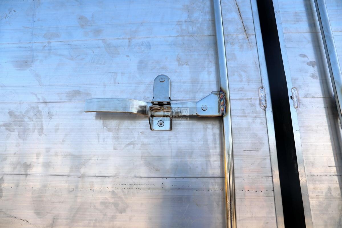 东风多利卡D7国六畜禽运输车车门细节
