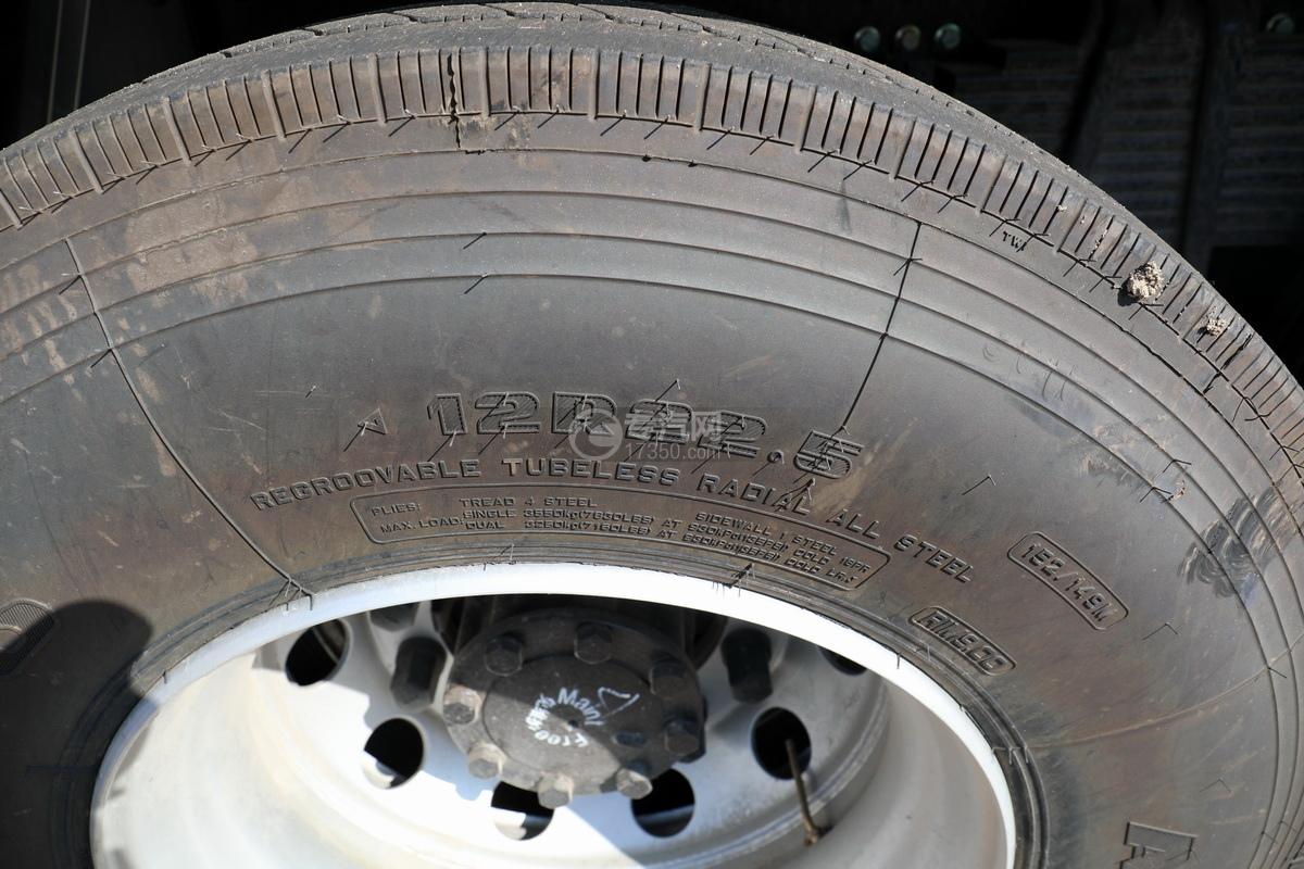 东风天龙KL前四后八国六畜禽运输车轮胎细节