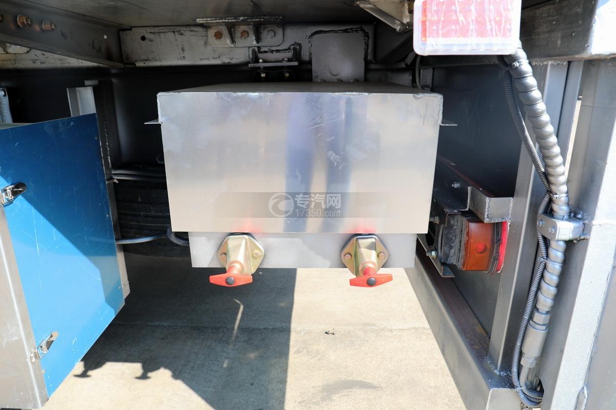 东风天龙KL前四后八国六畜禽运输车细节