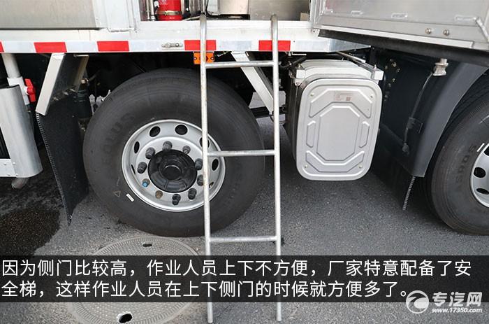 东风天龙VL前四后八畜禽运输车评测爬梯
