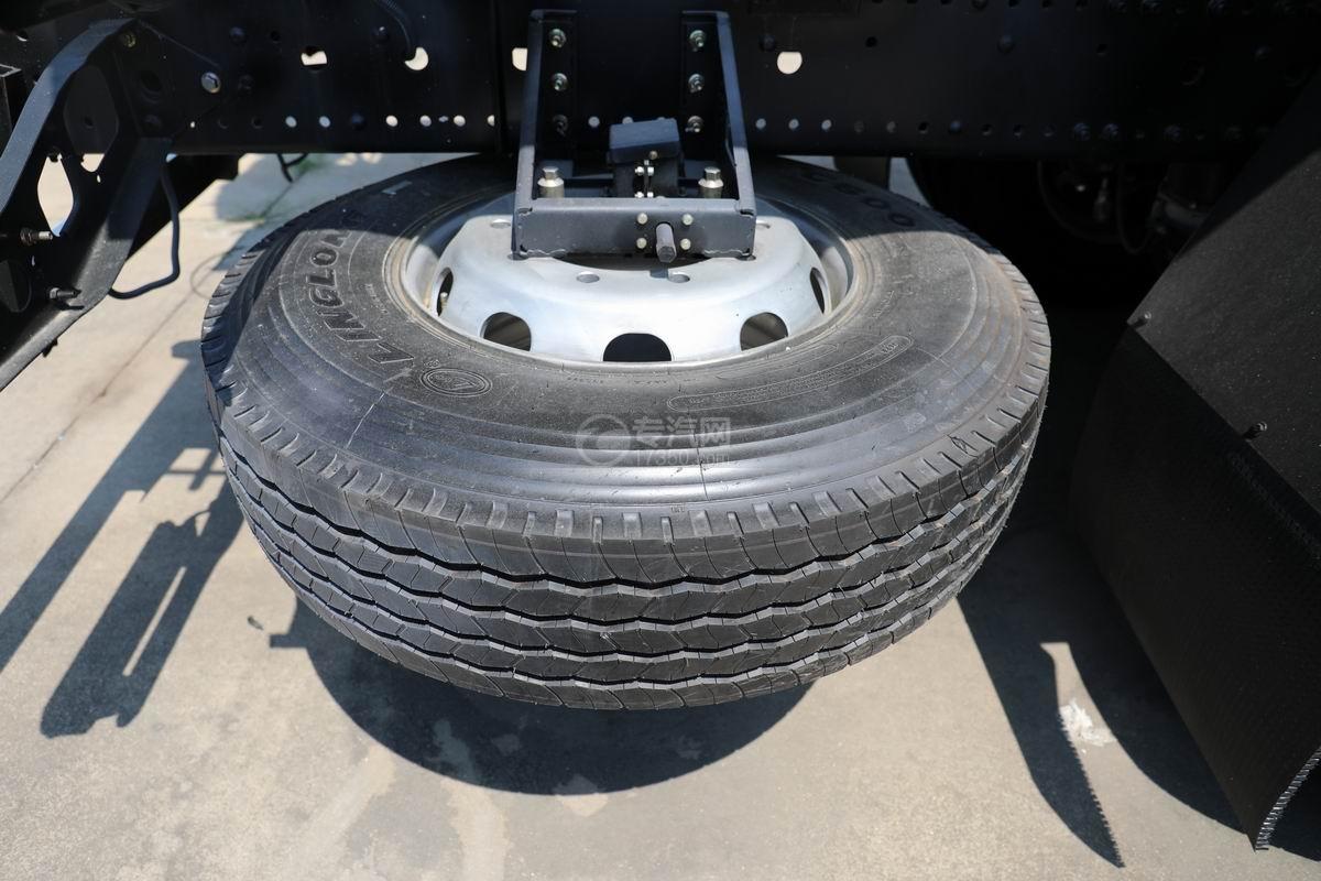 福田欧曼ETX前四后八散装饲料运输车备胎