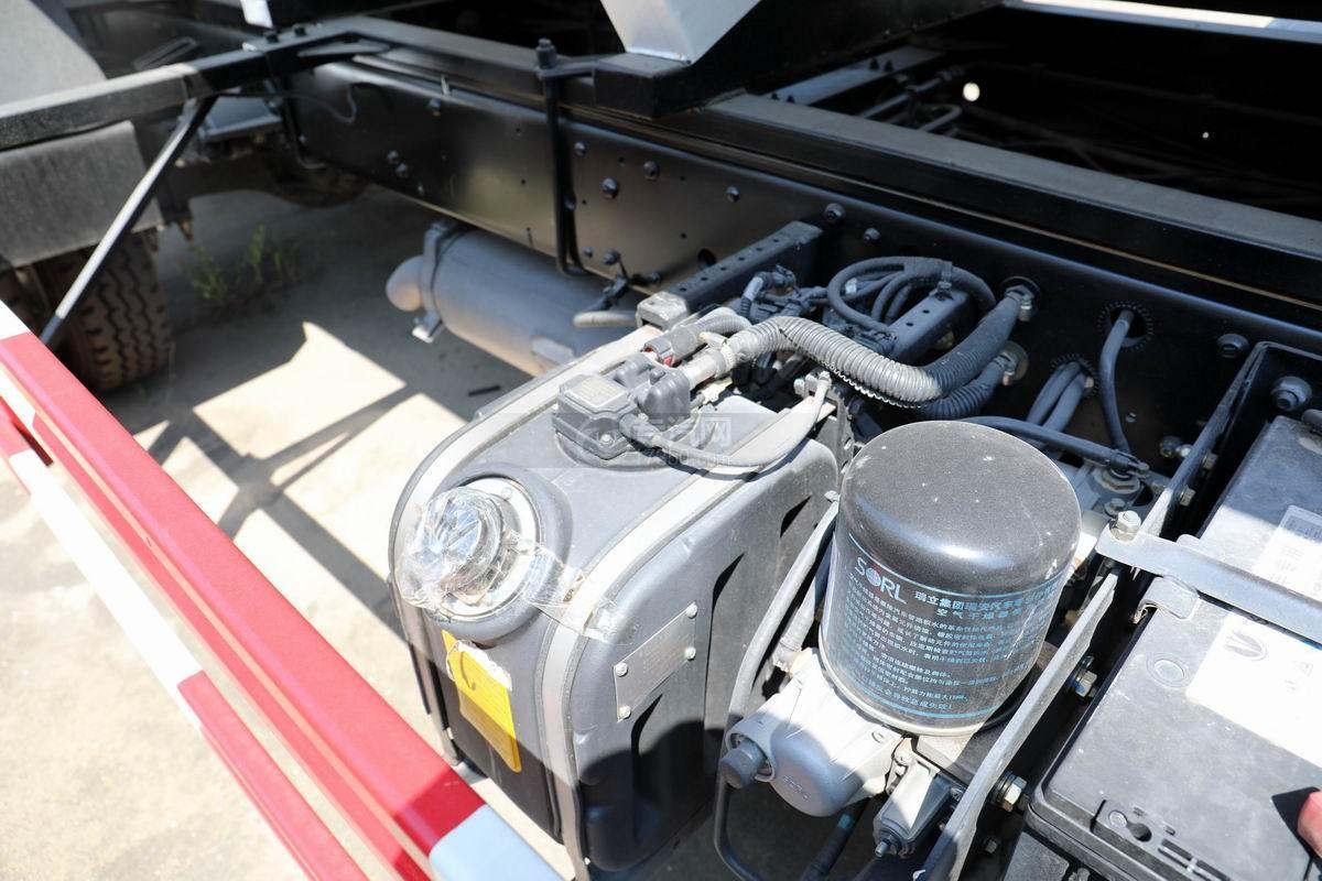 奥驰V3国六散装饲料运输车尿素箱