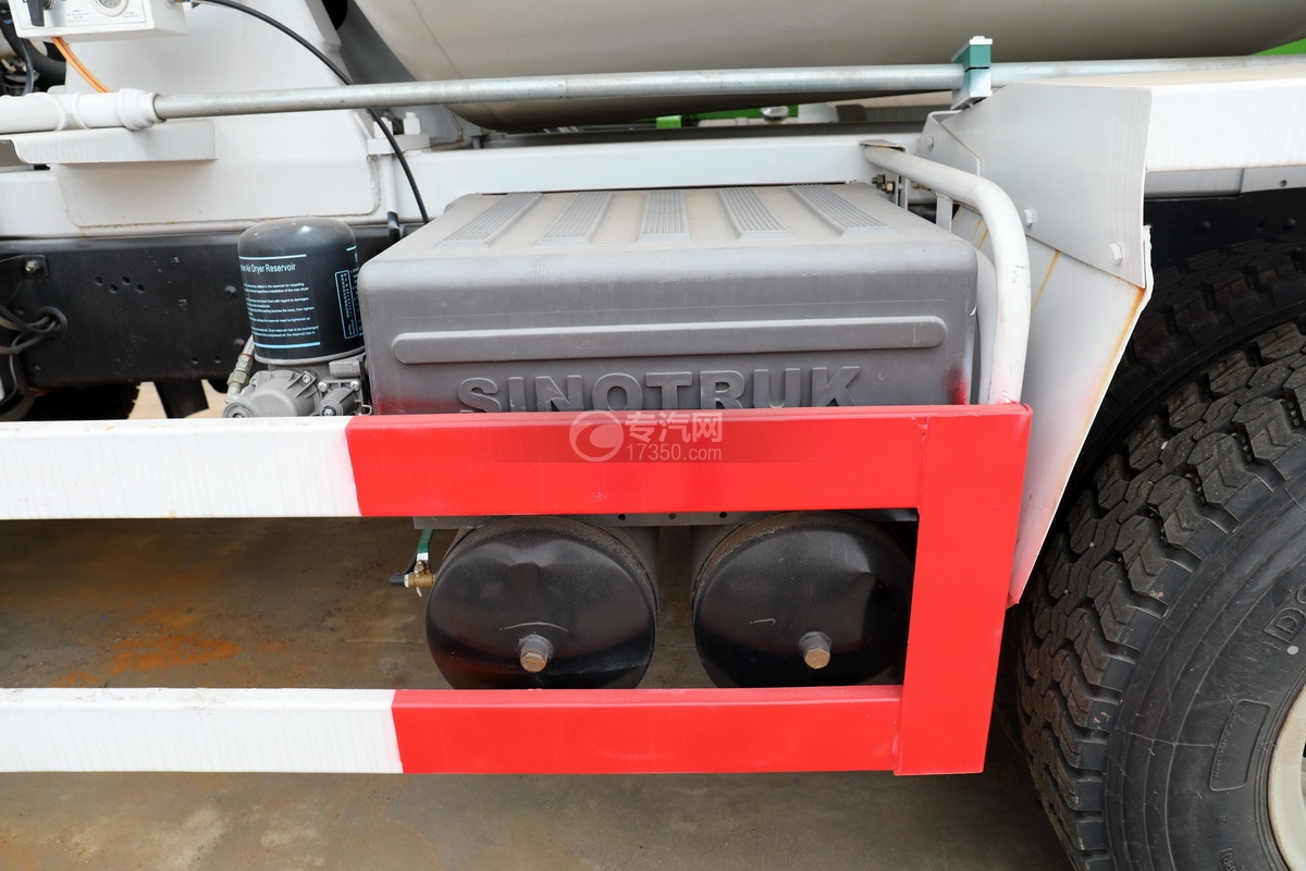 重汽豪曼后双桥国五搅拌车蓄电池、储气罐
