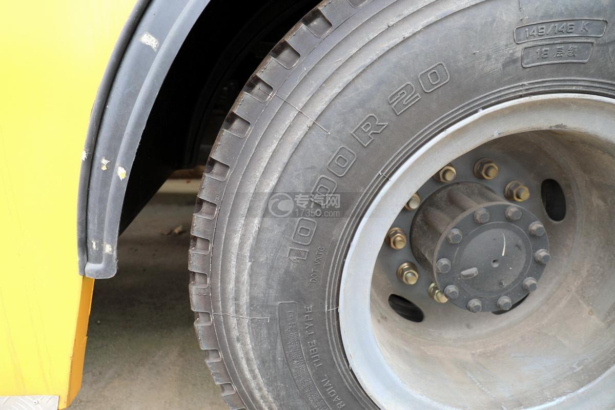 解放J6L单桥国五拖吊联体清障车(黄色)轮胎细节